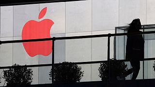 هيئة فرنسية تغرم آبل 25 مليون يورو لإبطائها هواتف آيفون القديمة