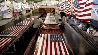 مصنع إيراني خاص لإنتاج أعلام أمريكية وإسرائيلية لحرقها بالمظاهرات