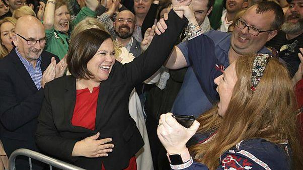 """رئيسة حزب """"فين شي"""" ماري لو ماكدونالد تحتفل مع أنصار الحزب في دبلن"""