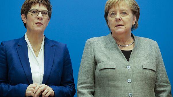 Demitiu-se sucessora designada de Merkel