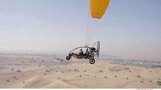 تجربهٔ پرواز با پاراموتور بر فراز صحرای دبی