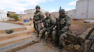 فيديو: جنود أتراك ينضمون للفصائل السورية المعارضة في إدلب