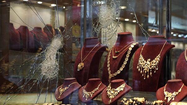 شاهد: دقيقة واحدة تكفي.. لصوص يسطون على محل مجوهرات في فرنسا ويفرّون بالغنيمة