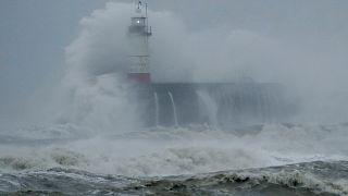 Sturm Sabine trifft auf Leuchtturm in Großbritannien