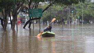 شاهد: انهيار طيني يطمر منزليْن في البرازيل