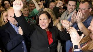 Sinn Fein lideri Mary Lou McDonald partililerle tarihi zaferi kutluyor