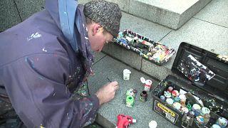 O artista que dá vida à pastilha elástica que encontra no chão