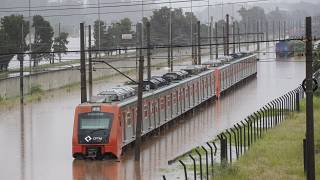 Comboio metropolitano paulista bloqueado pelas cheias do rio Pinheiros