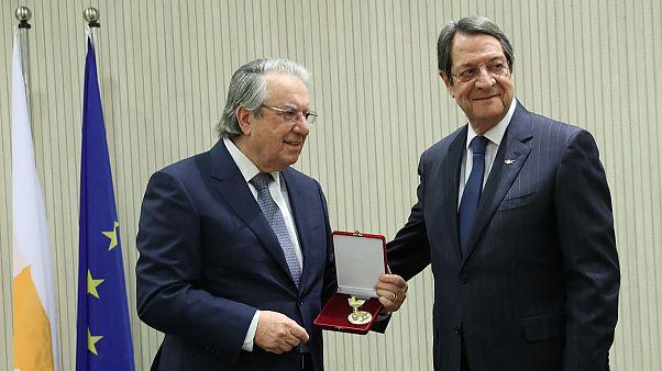 Ο πρόεδρος Αναστασιάδης απένειμε το Μετάλλιο Εξαίρετης Προσφοράς στον καθηγητή Γ.Μπαμπινιώτη
