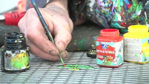 İngiliz sanatçı Londra'da 15 yıldır yere atılmış sakızları boyuyor