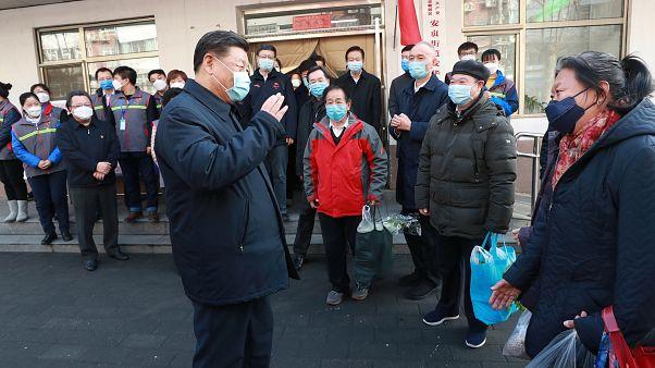 الرئيس الصيني شي جين بينغ خلال زيارته مستشفى عزل في بكين