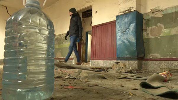 Migrantes usam casas abandonadas junto à fronteira húngara