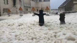 Бретань: улицы заполнены морской пеной