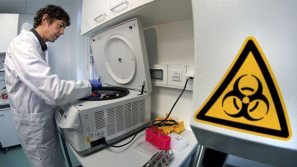 أخصائي يجري أبحاثا بشأن فيروس كورونا في مخبر طبي في برلين. 2020/01/21