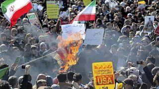 فيديو: في ذكرى الثورة الإيرانية.. خطابٌ هجومي للرئيس روحاني وأعلامٌ أمريكية تُحرق
