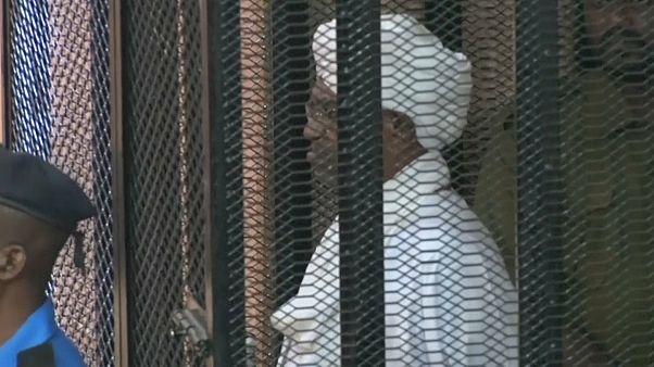البشير أثناء محاكمته في السودان
