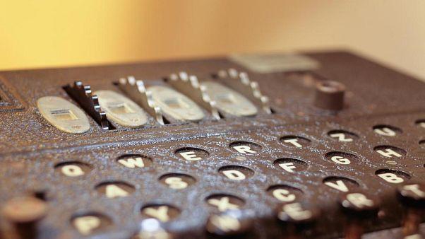 Bilgileri şifrelemeye yarayan Enigma cihazı