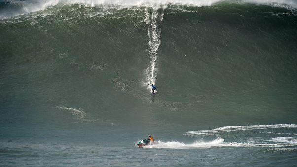 Surfista Lucas Chianca surfa onda na Nazaré