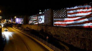 عباس يخطب في نيويورك وعلم إسرائيل وأمريكا على أسوار البلدة القديمة في القدس.. شاهد