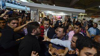 Tumultuoso regreso de Juan Guaidó a Caracas entre golpes e insultos de chavistas