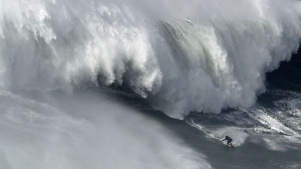 Большая волна едва не убила серфингиста