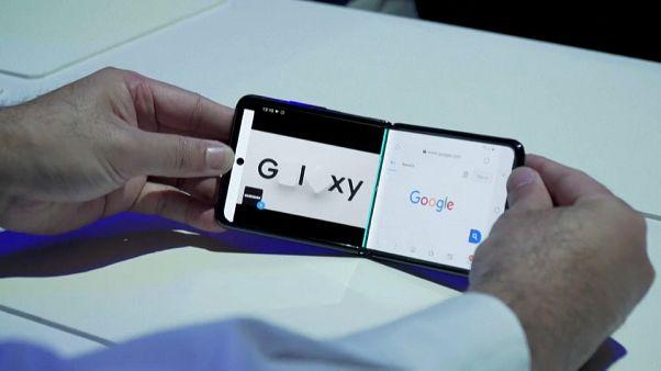 موظف في شركة سامسونغ يعرض مميزات هاتف غالاكسي زاد فليب الجديد في سان فرانسيسكو. 2020/02/11