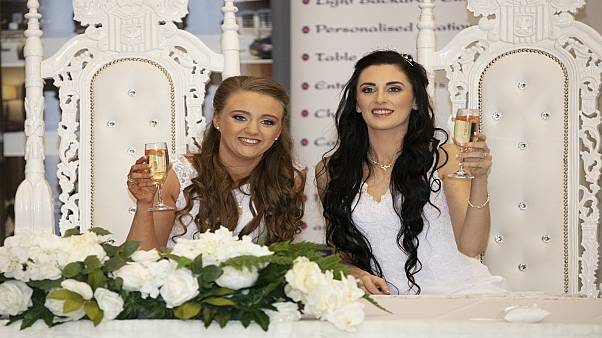 شاهد: عقد قران هو الأول في ايرلندا الشمالية بين فتاتين مثليتين