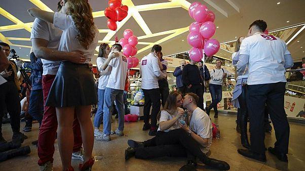 """شاهد: مسابقة للتقبيل بمناسبة """"عيد الحب"""""""