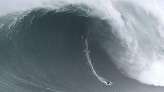 Nazaré: Riesige Welle überrollt Surfprofi Alex Botelho