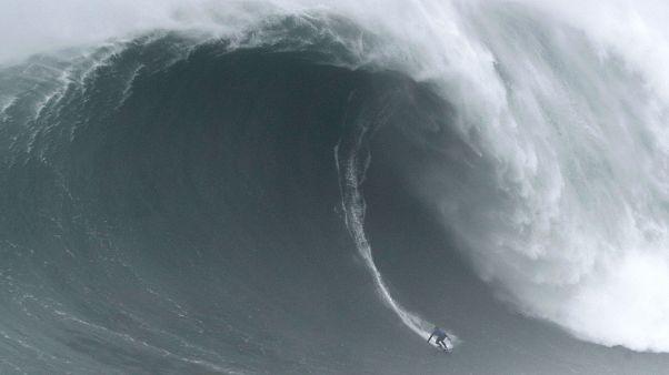 Una ola gigante engulle a un surfista en Nazaré