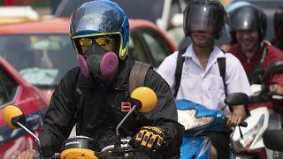 Tayland'da hava kirliliğinden korunmak için maske takan sürücüler