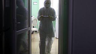 Egy egészségügyi munkatárs az orosz karanténban mintákat visz elemzésre - KÉPÜNK CSUPÁN ILLUSZTRÁCIÓ!