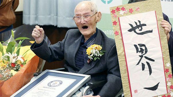 شيتيتسو واتانابي 112 عامًا لحظة حصوله على شهادة موسوعة غينيس كأكبر رجل في العالم، نيغاتا  12 فبراير 2020.