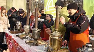 متسابقون يقومون بتحضير الشاي بالطريقة التقليدية في روسيا
