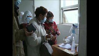 China se aferra a la esperanza: baja el número de muertos diarios por el coronavirus
