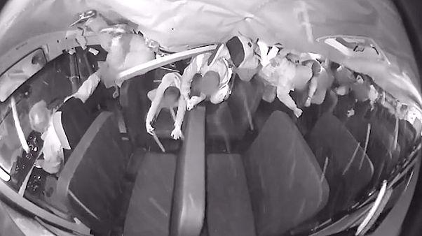 Kaza anı, otobüsün içerisinde bulunan güvenlik kamerası tarafından kaydedildi