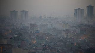 Kent merkezinde, hava kirliliğine bağlı olarak oluşan sis tabakası görüş mesafesini düşürdü.