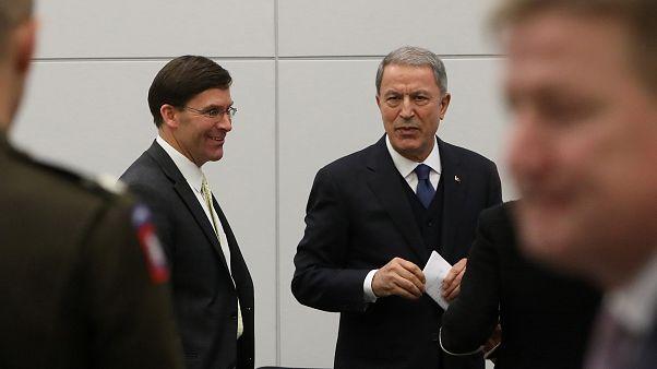 Milli Savunma Bakanı Hulusi Akar NATO Savunma Bakanları Toplantısı'nda  ABD Savunma Bakanı Mark Esper (solda) ile görüştü.