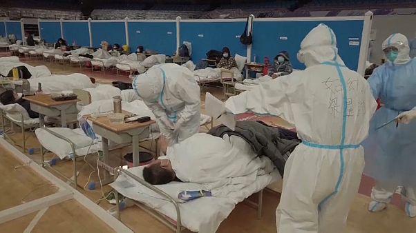 Las víctimas de coronavirus se disparan, con 242 muertos en un solo día
