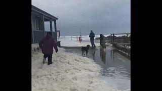 A Bude, au Royaume-Uni, une plage blanche après la tempête Ciara