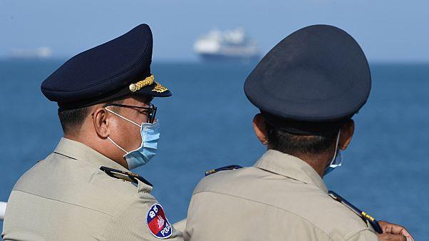 Szájmaszkos rendőrök várják a Westerdam kikötését Sihanoukville-ben