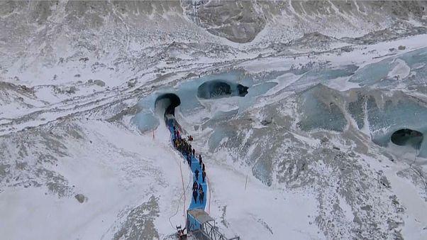 Presidente de França visitou gruta de gelo ameaçada de extinção