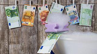 الاتحاد الأوروبي يحذّر دولاً أعضاء لتأخرها في اعتماد قواعده لمكافحة غسل الأموال