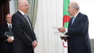 Ο Πρόεδρος της Αλγερίας Abdelmadjid Tebboune συνομιλεί με τον Έλληνα υπουργό Εξωτερικών Νίκο Δένδια