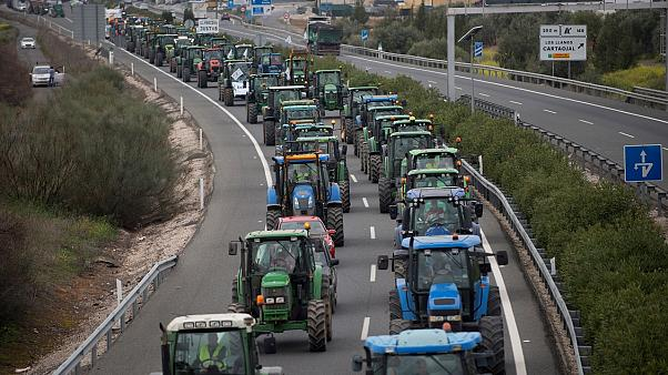 Traktoren verstopfen die Autobahn