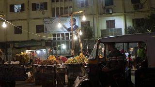 عربة توك توك في سوق للفاكهة في القاهرة 19 نوفمبر 2019