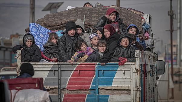 İdlib'den Türkiye sınırına yol alan Suriyeli göçmenler