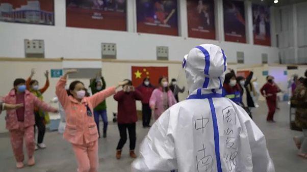 Habitantes de Wuhan en cuarentena bailan para pasar el tiempo en un hospital