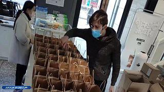 سینا کرمی در حال تهیه نوشیدنی برای کارکنان بهداشت در ووهان چین