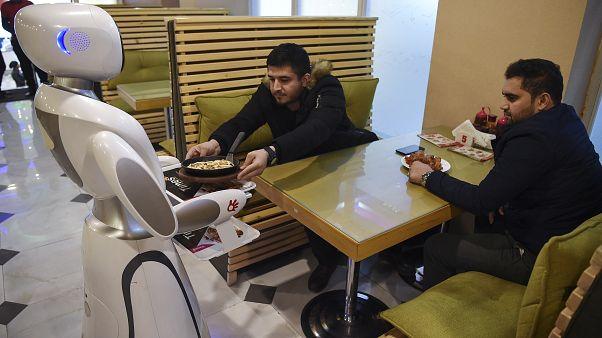 Afganistan'ın ilk robot garsonu Timea hizmet vermeye başladı: Hem merak hem endişe konusu oldu